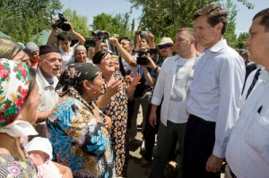 US Assistant Secretary of State Robert Blake meets ethnic Uzbeks, who fled southern Kyrgyzstan, on the Uzbek-Kyrgyz border on June 18 2010 (Reuters/Shamil Zhumatov)
