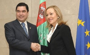 EU External Relations Commissioner Benita Ferrero-Waldner meets Turkmen President Gurbanguly Berdymukhammedov in Brussels on November 5 2007 (RFE/RL)