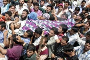 People of Kashmir carry the body of a man shot by Indian police in Srinagar on August 3, 2010 (Press TV)
