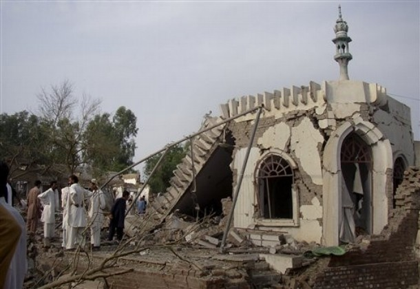 Pakistani Taliban Bomb Police Station
