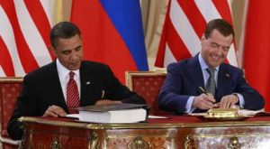 US President Barack Obama and Russia President Dmitry Medvedev sign the New START treaty on April 8, 2010 (Photo: AP)
