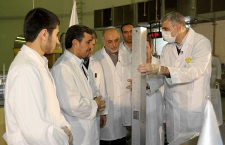 Iranian President Mahmoud Ahmadinejad and Foreign Minister Ali Akbar Salehi visit the Tehran research reactor, February 15, 2012 (Getty Images)