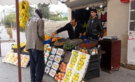 A fruit and vegetable stand in Damascus, Syria. (Heba Aly/IRIN)