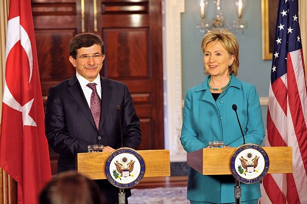 Turkey Foreign Minister Ahmet Davutoglu and Secretary of State Hillary Rodham Clinton at the U.S. Department of State in Washington, DC June 5, 2009 (Michael Gross/US Department of State)