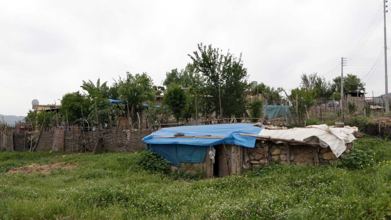 Blue-tarped constructioni by Kurdish tribes in Zhouli village